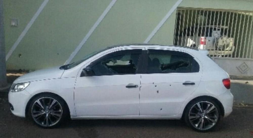 Homem também teria usado uma barra de ferro para quebrar os vidros do carro — Foto: Divulgação