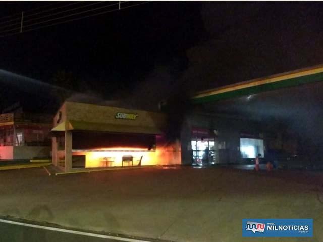 Fogo foi percebido ainda durante a madrugada de sábado (24). Foto: DIVULGAÇÃO