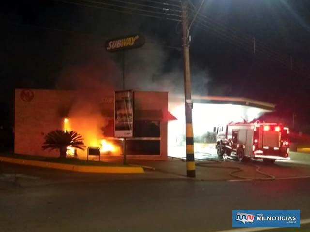 Bombeiros não puderam salvar praticamente nada dentro da loja. Foto: DIVULGAÇÃO