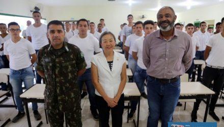 A partir da esq., 1º sargento Moisés, prefeita Tamiko Inoue e secretário municipal para Assuntos de Segurança, Nilo Alves. Foto: Secom/Prefeitura