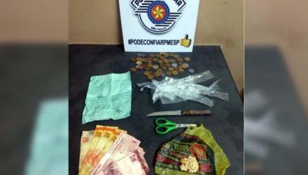 Foram apreendidos aproximadamente 6 gramas de Crack, apetrechos para o embalo da droga, além de R$ 150,35 em dinheiro.  Foto: DIVULGAÇÃO/PM