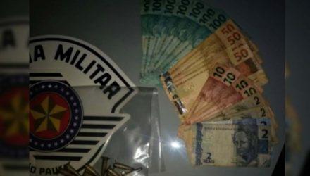 Foram apreendidos 9 eppendorf (fraconetes) contendo cocaína, um celular Samsung modelo Galaxy, além de R$ 948,00 em dinheiro. FOTO: DIVULGAÇÃO/PM