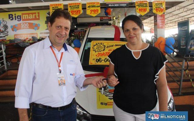 A feliz ganhadora, Solange S. a. Benedicto, e Dameto, gerente da loja da Av. Guanabara. Foto: Manoel Messias/Mil noticias
