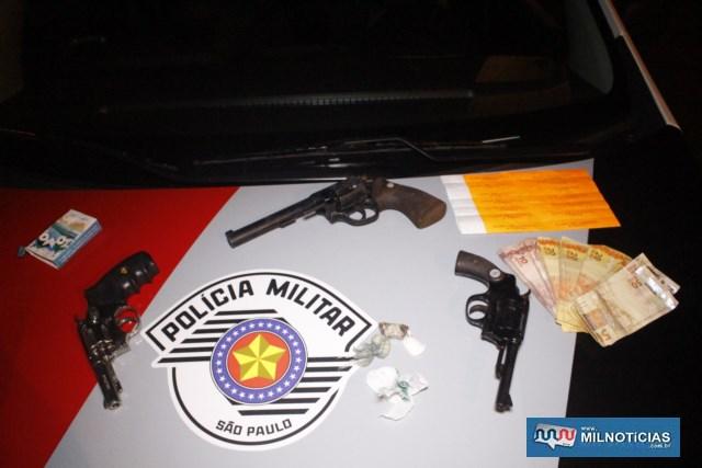 Foram apreendidos três revólveres, sendo 2 calibres .32mm e um .38mm, além de droga, bebida e dinheiro. Foto: MANOEL MESSIAS/Agência