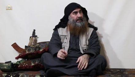 Abu Bakhr Al-Baghdadi em vídeo divulgado nesta segunda (29) — Foto: AFP/Al-Furqan.
