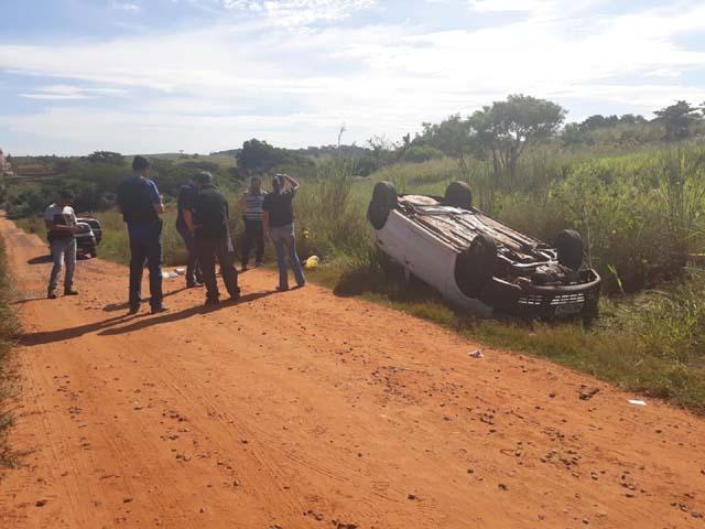 Suspeito capotou veículo durante fuga em Mirandópolis — Foto: Rodolfo Pardini/TV TEM