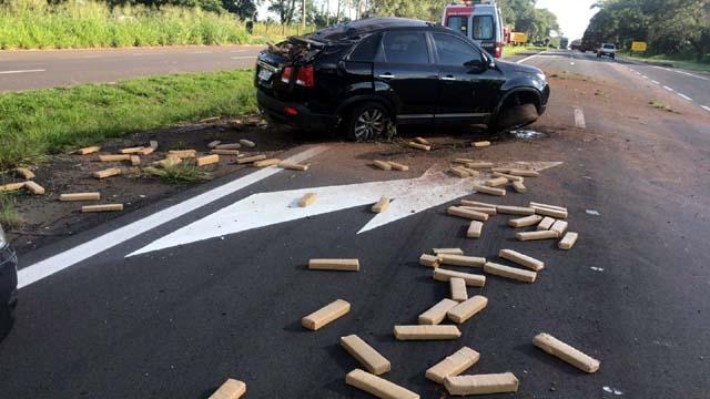 Droga ficou espalhada pela Rodovia Assis Chateaubriand em Penápolis — Foto: Divulgação/Polícia Rodoviária