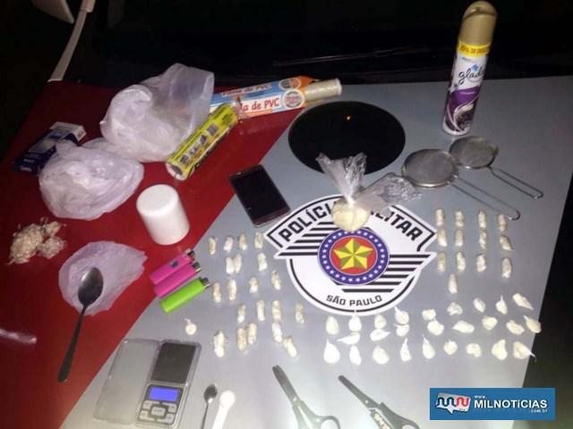 Foram apreendidas 60 porções de entorpecentes, além de grande quantidade de material para embalar a droga. Foto: DIVULGAÇÃO