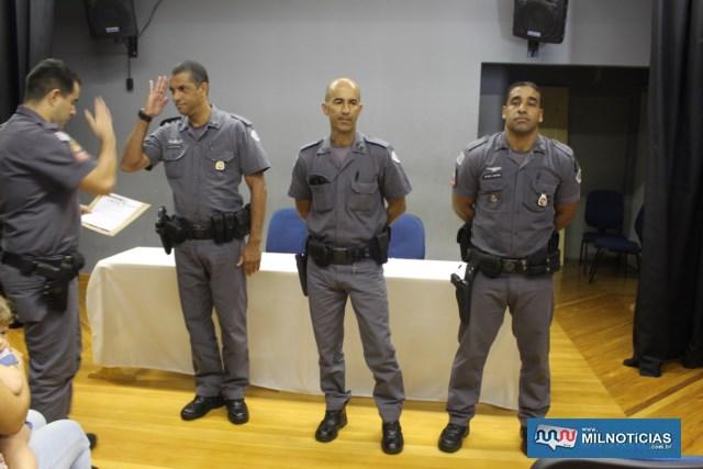 Cabo PM Coutinho (dir.), em sinal de respeito ao superior, capitão PM Valdomiro. Foto: MANOEL MESSIAS/Mil Noticias