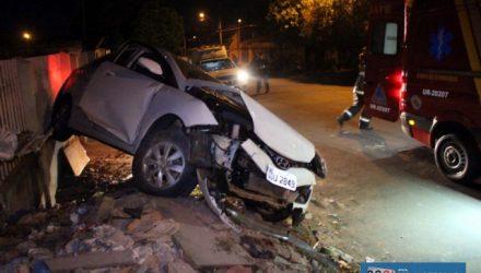 Veículo Hyundai HB20, na cor branco, ficou com a frente completamente destruída e teve os air bag acionados. Foto: MANOEL MESSIAS/Agência