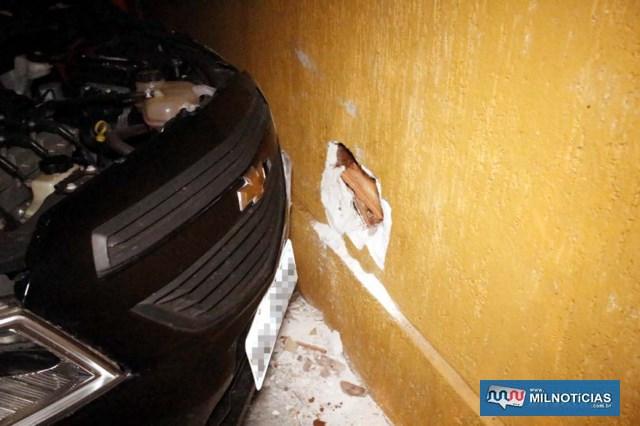 Muro da residência ficou com um buraco após o impacto do GM Onix. Foto: MANOEL MESSIAS/Agência