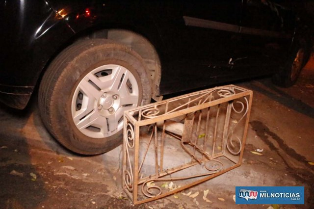 Lixeira ficou embaixo do veículo após o acidente. Foto: MANOEL MESSIAS/Agência