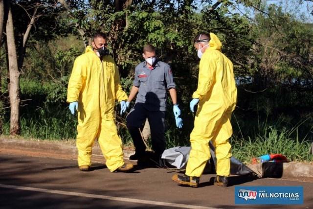 Bombeiros que resgataram o corpo, usaram roupas especiais na ação. foto: MANOEL MESSIAS/Agência