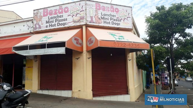 Bezão Lanches foi o comércio que sofreu os maiores prejuízos com a ação do bandido com a porta entortada em dois lugares. Foto: MANOEL MESSIAS/Agência