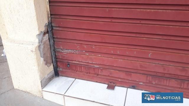 Porta da lanchonete precisou ser reforçada nos dois lugares. Foto: MANOEL MESSIAS/Agência