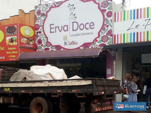 Na Erva Doce foi o mesmo tipo de ação com o infrator jogando uma pedra. Essa loja havia sido furtada em março último. Foto: MANOEL MESSIAS/Agência