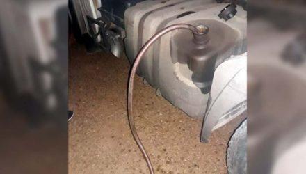 Acusados foram flagrados com a 'boca na butija', ou melhor, com a mangueira no tanque de combustível. Foto: DIVULGAÇÃO