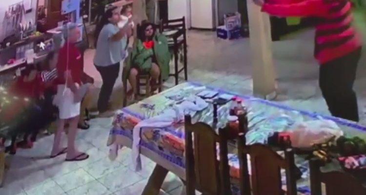 Ladrão aponta arma para família em assalto a casa em Caiapônia Goiás — Foto: Reprodução/TV Anhanguera