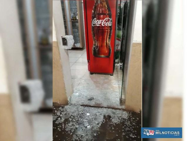 Ladrão arrebentou a porta de vidro e furtou mercadorias de poucos valor, como litros de refrigerantes, doces e poucas moedas. Foto: DIVULGAÇÃO