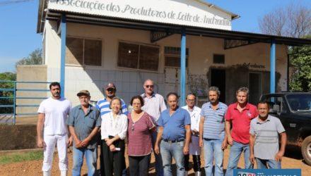 Tamiko anuncia calçamento de toda área externa do pátio da Associação dos Produtores de Leite de Andradina. Foto: Secom/Prefeitura