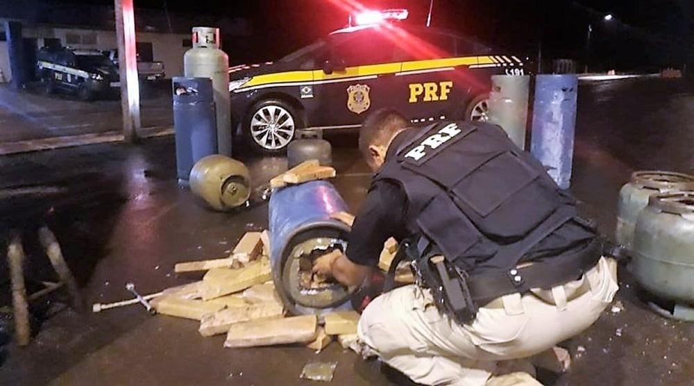 O motorista confessou aos agentes ter pego a droga em Ponta Porã. Ele disse que a entregaria em Bataguassu, onde receberia R$ 6. mil pelo serviço — Foto: PRF/Divulgação.