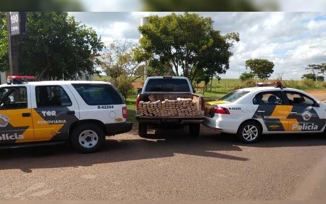 Durante revista, foram encontrados 126 tabletes de maconha escondidos na parte traseira do veículo. Foto: TOR/Divulgação