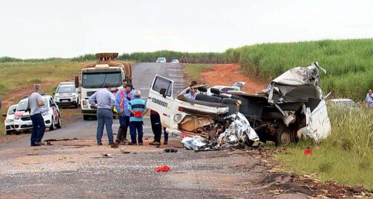 Acidente entre Kombi e ônibus mata duas pessoas em Santa Adélia. Foto: Reprodução/TV TEM