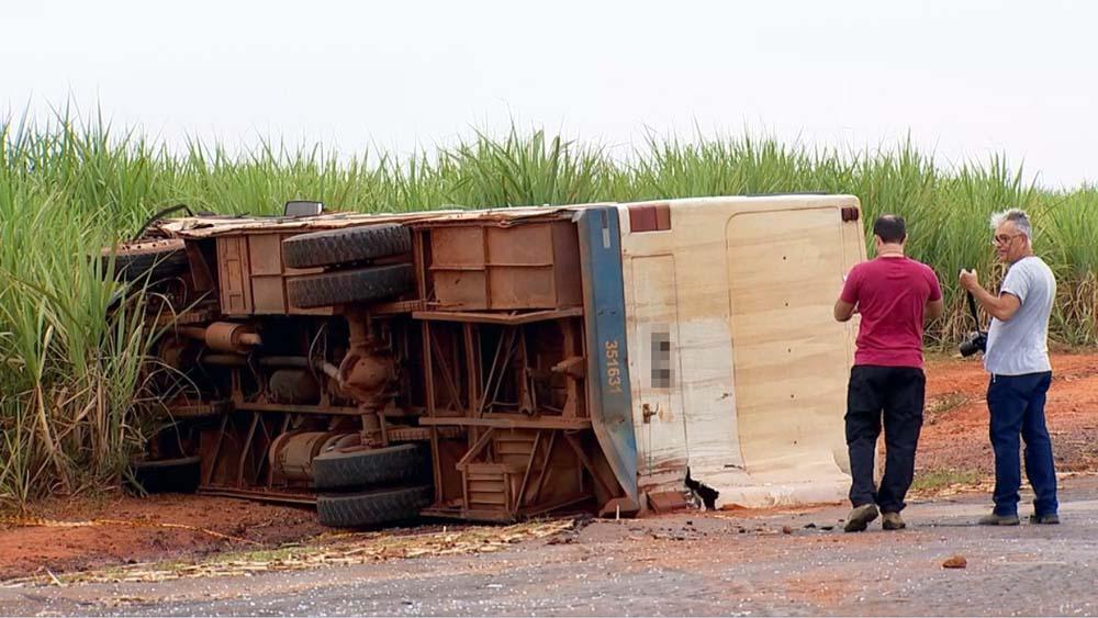 Ônibus chegou a tombar na estrada vicinal de Santa Adélia — Foto: Reprodução/TV TEM