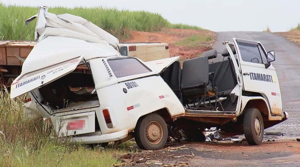 Kombi ficou destruída no acidente que matou duas pessoas em Santa Adélia — Foto: Reprodução/TV TEM