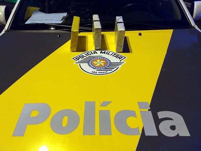 Foram apreendidos três tijolos de cocaína. Foto: DIVULGAÇÃO/PMRv