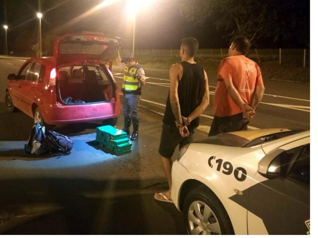 Acusados, a droga e o veículo foram encaminhados ao plantão policial de Andradina e apreendidos. Foto: DIVULGAÇÃO/PMRv