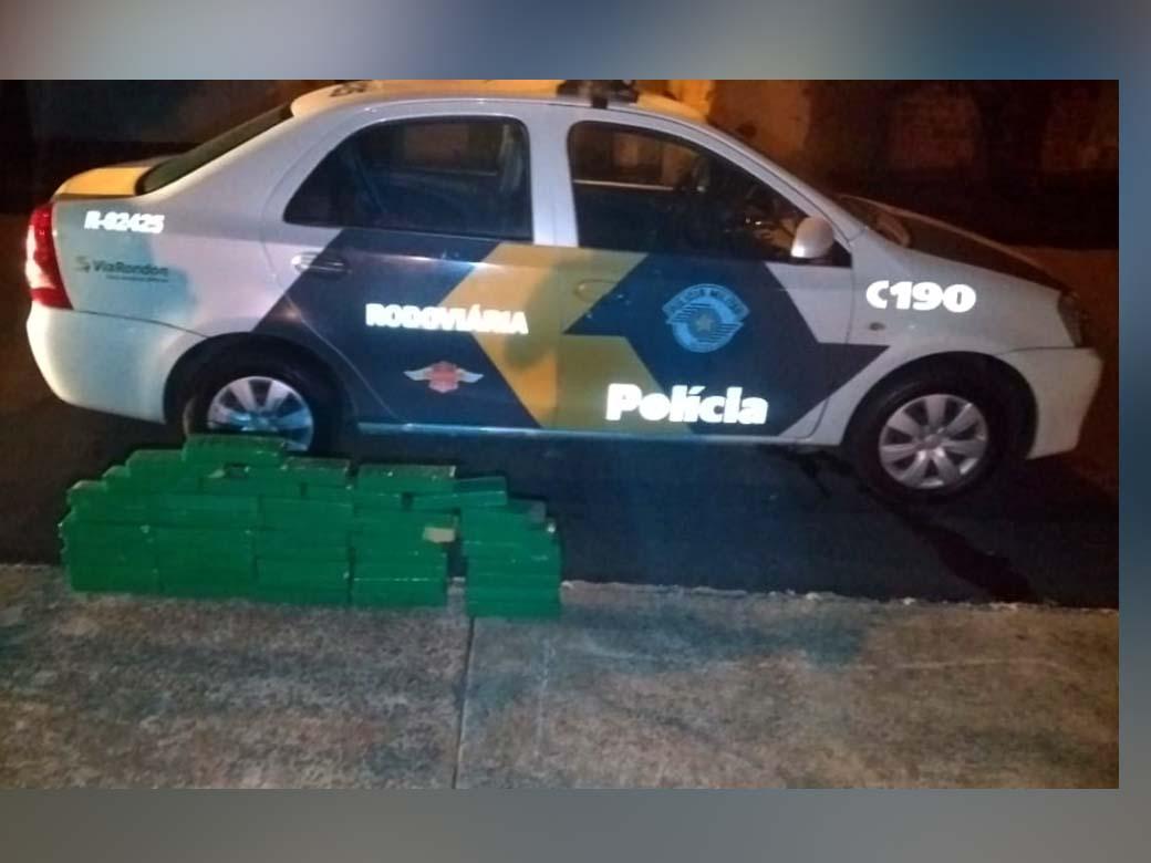 Foram apreendidos 43 tabletes de maconha, que totalizaram 34,3 Kg. Foto: DIVULGAÇÃO/PMRv