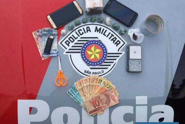 Foram apreendidos 257 gramas de maconha (Cannabis Sativa), além de 869,00 em dinheiro, petrechos para embalar droga e celulares. Foto: DIVULGAÇÃO/PM