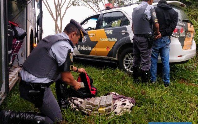Rapaz foi preso com 14 tijolos de maconha. Foto: DIVULGAÇÃO/PMRv