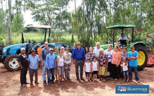 Tamiko realiza a entrega ao lado do vereador Joaquinzão, o presidente da Associação Ninho Verde, José Cícero, secretários e agricultores. Foto: Secom/Prefeitura