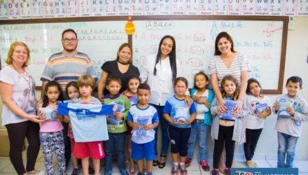A prefeita de Nova Independência, Thauana Duarte (PSDB), começou na última semana a entrega de uniformes escolares para todas as crianças da rede municipal de ensino. Foto: Ascom