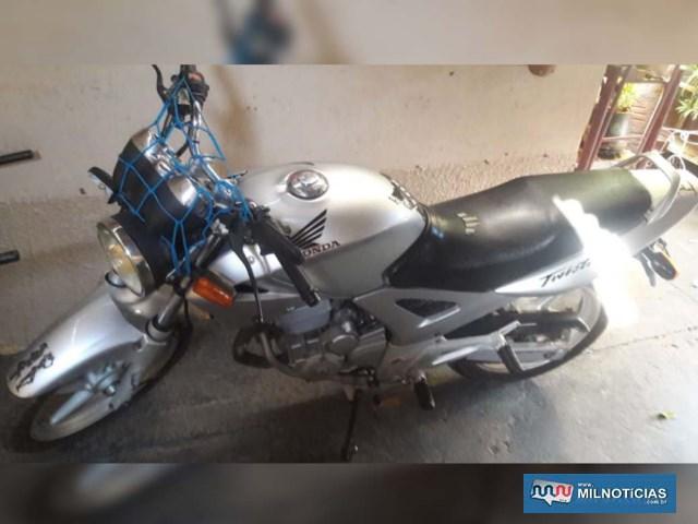 Motocicleta Tweester CBX 250 sofreu algumas avarias, como entortamento de guidão, quebra de lente do pisca e avarias na bengala. Foto: DIVULGAÇÃO