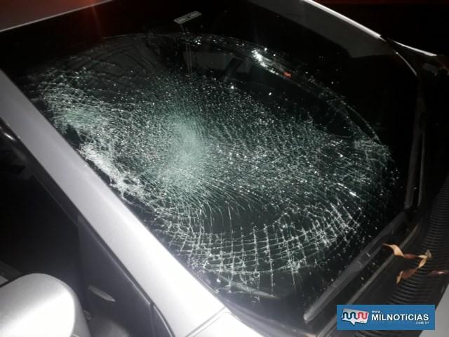 Parabrisa do Corolla estilhaçou pelo choque do corpo da vitima. Foto: MANOEL MESSIAS/Agência