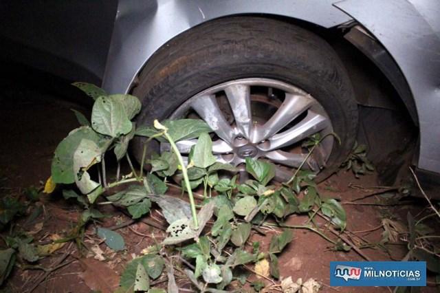 Veículo teve o eixo da roda dianteira direita quebrado após bater na sarjeta. Foto: MANOEL MESSIAS/Agência