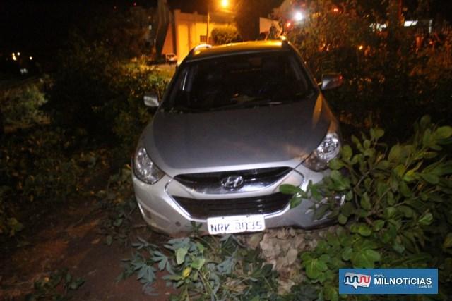 Importado foi parar no meio do mato após motorista perder o controle de direção. Foto: MANOEL MESSIAS/Agência