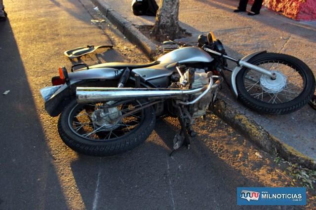 Motocicleta sofreu entortamento do guidão, pedal de câmbio, estribo, vários riscos na carenagem, todos do lado esquerdo. Foto: MANOEL MESSIAS/Agência
