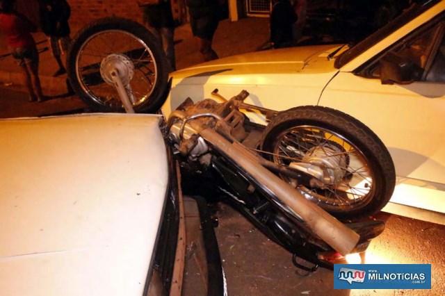 Motocicleta literalmente 'voou' e depois ficou prensada entre o Gol e uma Ford Belina devidamente estacionada. Foto: MANOEL MESSIAS/Agência