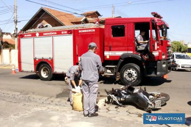 Bombeiros precisaram jogar serragem no local do acidente devido vazamento de óleo de uma das motos. Foto: MANOEL MESSIAS/Agência