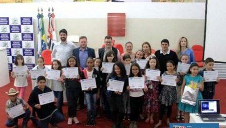 """Concurso """"Água e você"""" premia aluna do Anna Maria com um tablet. Fotos: Secom/Prefeitura"""