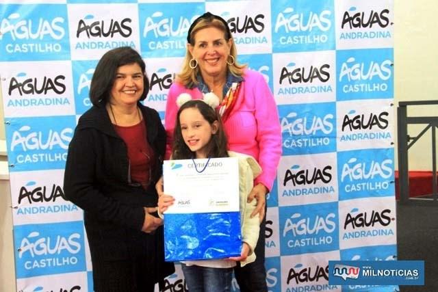 """Concurso """"Água e você"""" premia aluna do Anna Maria com um tablet. Foto: Secom/Prefeitura"""