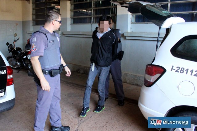 Lavador de automóveis A. C. N., de 19 anos, portava uma faca do tipo caça e teria ficado cuidando da parte externa da casa antes da chegada da PM. Foto: MANOEL MESSIAS/Agência