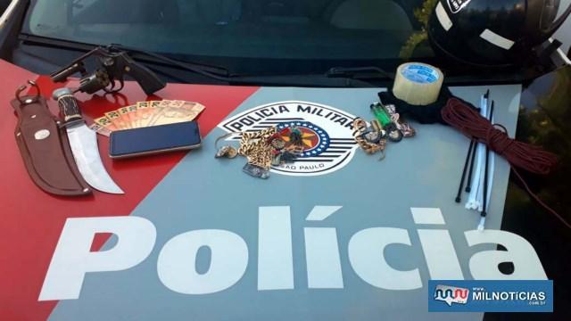 Foram apreendidos um revólver calibre .38mm, faca, toucas ninja, enforca gato, fita adesiva e certa quantidade em dinheiro. Foto: MANOEL MESSIAS/Agência