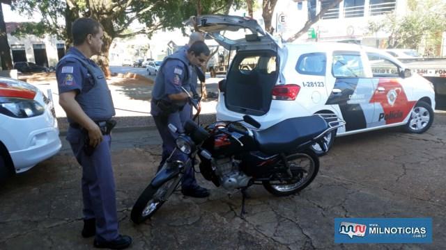 Motocicleta utilizada pela dupla para cometer o roubo foi apreendida e ainda estava com o licenciamento vencido. Foto: MANOEL MESSIAS/Agência