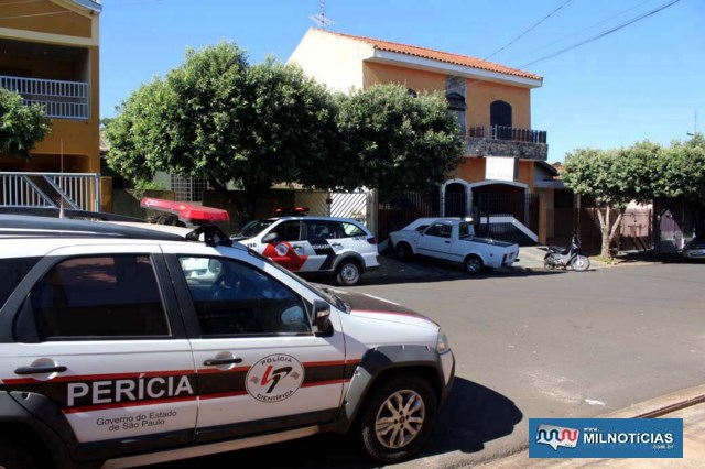Perícia da Polícia Civil compareceu na residência onde ocorreu o assalto em busca de fatos que esclareçam o crime. Foto: MANOEL MESSIAS/Agência