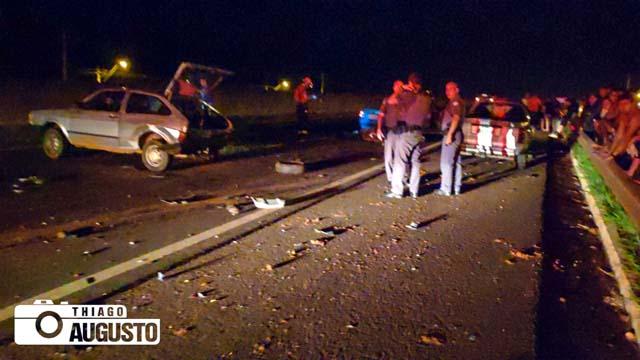 Sem tempo de parar ou desviar, os outros três carros acabaram colidindo nos veículos envolvidos no atropelamento do animal. Foto: Thiago Augusto